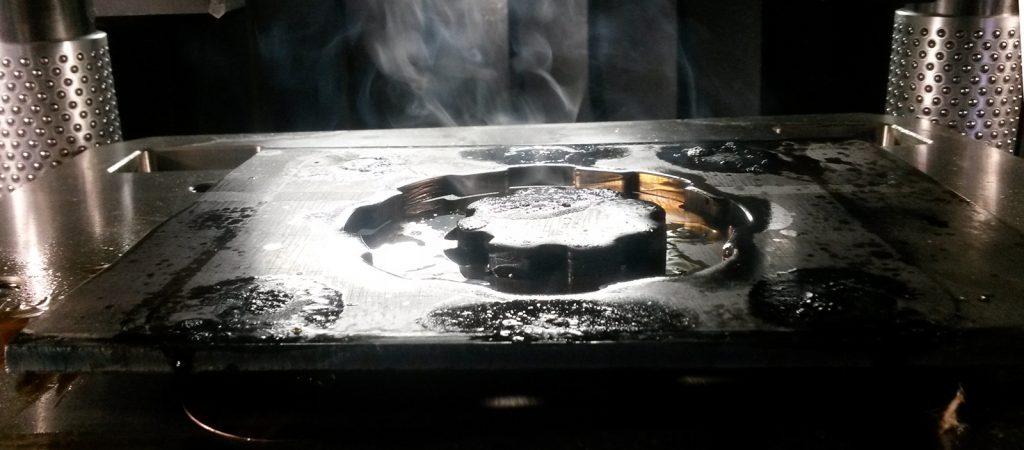 Einsatzgrenze herkömmlicher Feinschneid-Schmierstoffe bei T > 200°C